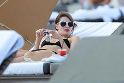 http://img167.imagevenue.com/loc1198/th_312889595_Mischa_Barton_Bikini_Candids_on_the_Beach_in_Miami_December_27_2011_273_122_1198lo.jpg