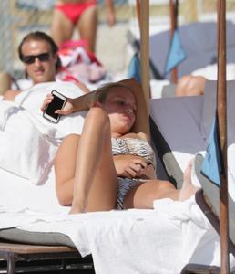 http://img167.imagevenue.com/loc1040/th_626800435_Donna_Vekic_Bikini_01_122_1040lo.jpg
